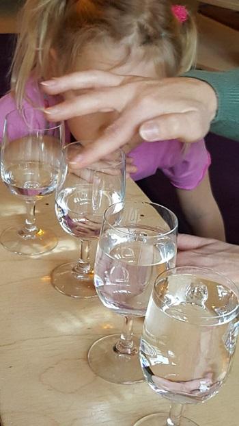 Gläserkonzert begeistert die Kinder